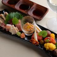 『大和肉鶏のムネ肉』『大和肉鶏の肝』『酒盗チーズ』『イカの塩辛』『からすみ』『柿の生ハム巻き』など、季節を感じる旬の食材を使った約10種の品が並ぶ前菜盛合せです。