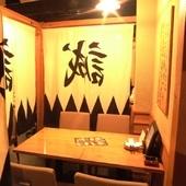 のれんで区切られた半個室のテーブル席。デートや女子会にも人気
