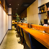多彩な料理とお酒を堪能しながら、カウンター席で大人のデート