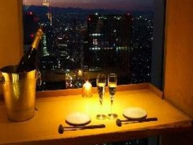 地上49階。新宿の絶景が一望出来るお席をご案内