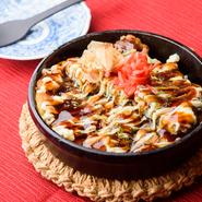 サツマイモや加賀丸イモなど5種類の加賀野菜と、豚肉は能登豚といった地元産の食材を使ったお好み焼き。鉄板で提供されるので、アツアツの味わいを楽しめます。テイクアウトもOKで、手軽なお土産としても人気。