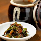 じっくり漬け込まれ、ピリ辛で食がすすむ『自家製ニラキムチ』