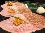 ほど良くさしの入ったサーロインに、北海道産の馬糞海胆(ばふんうに)を添えた贅沢な一品です。肉の片面をサッと炙り、海胆がほんのり温もってきたら食べごろ。和牛と海胆のとろける食感が、幸せ気分にしてくれます。
