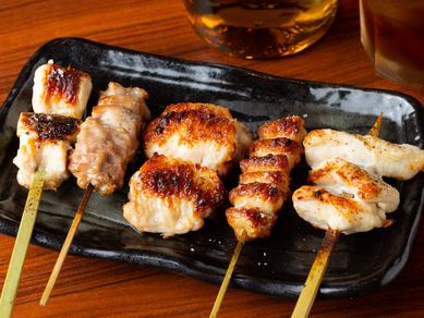 備長炭でじっくり焼き上げる看板メニューの大山鶏の串焼き『5本盛り合わせ』