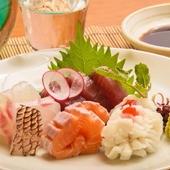 淡水魚や白身魚、旬の魚介類が多品種並ぶ『お造りの盛り合わせ』