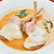 ローマの定番料理をシェフのアレンジでいただく逸品です。マルサラソースにたっぷりのモッツァレラチーズ、セージの香りでぜいたくなひとときを。