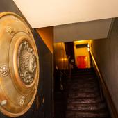 一階酒屋の脇にある、二階へと続く階段