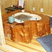 全て天然の木、手造りの座卓。温もり豊かな店内で四万十料理を