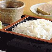 蕎麦の実の皮や外側を削った真っ白な『更科そば』は限定メニュー