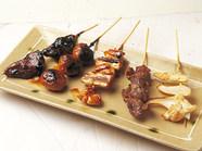 もも肉を西京みそに漬け込んだもも西京など、焼き鳥は160円~