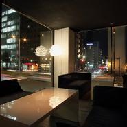 店内は禁煙になっていて、澄んだ空気の清潔感のある白基調の空間。2Fではガラス越しに見える夜景を眺めながら過ごせるカウンター、テーブル席があり、気分をリフレッシュさせるには絶好のシュチエーションです。