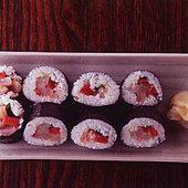 日替りで3~4種の魚介が豪快に巻かれる「海鮮巻」(800円)。