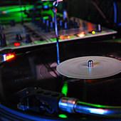 DJブースの奥にはレコードやCDがずらりラインナップ