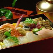 たっぷりの野菜や生の旬魚を堪能できる蒸し寿司(2625円)