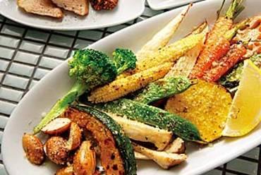季節の野菜は粉チーズで。1品380円