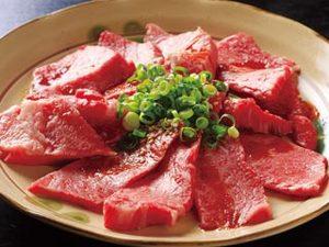 鮮やかな赤色が肉質の良さを思わせる上カルビ(写真は2人前)。