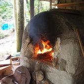天然酵母パンやピザなどが石焼窯で焼かれる