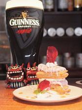 パイ生地に紅イモアイスを重ねたミルフィーユは人気定番スイーツ