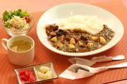 時間をかけて煮込んだ「練習艦せとゆきカレー」は シンプルながらコクのある味に仕上がっています。 飽きない味とジャガイモの素揚げもポイントです。 ミニサラダとコンソメスープ付。