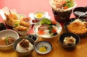鶏塩鍋・お刺身・海老の天婦羅・肉じゃが・がんす・カキフライ・じゃこ飯・冷奴・杏仁豆腐。同窓会やご家族の集まりなどで人気のある御膳です。お昼の宴会にもご対応致します。