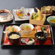 昔なつかしい器に旬の料理を盛り込みました。「天ぷら・小鉢・煮物・茶碗蒸し・おひたし・ご飯・新香・デザート・コーヒー」