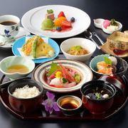 新鮮な海の幸豊富なお造り膳。「お造り盛り合わせ・天ぷら・小鉢・煮物・茶碗蒸し・ご飯・新香・汁・デザート・コーヒー」