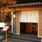 仙台のアーケード街から入った裏通りの趣ある佇まいが目を引く