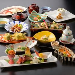 食材は自然にこだわり、天然物を厳選した料理の数々。季節の旬を楽しみながら、繊細な和食を愉しめる