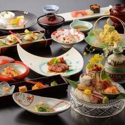 食材は自然にこだわり、天然物を厳選した料理の数々。季節の旬を楽しみながら、繊細な和食を愉しめる。