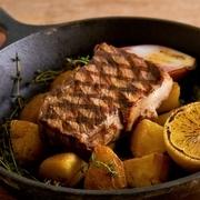 当店自慢の一品!たっぷり温野菜とソーセージ。トリュフ香る熱々チーズをたっぷりつけてお召し上がりください!