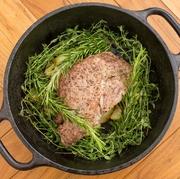 ダッチオーブンで焼き上げたお肉はとてもジューシーで香りも豊