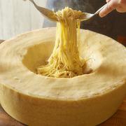 自家製マルゲリータの上にまるごとブラータチーズ。切った時に流れ出るチーズもお楽しみ下さい!