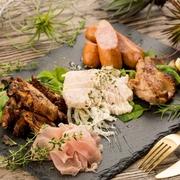 当店自慢の一品!たっぷり温野菜とソーセージ。トリュフ香る熱々チーズをたっぷりつけてお召し上がりください