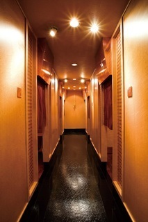 広々とした店内と各個室に通じる廊下