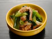 鶏肉を炒めることで、出汁を引いたような旨みが生まれる人気のおばんざい。京都の九条葱と、名店のおあげがシンプル且つ魅力溢れる味わいを醸し出し、一味がピリっとしたアクセントになっています。