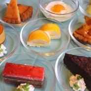 ランチ・ディナーでは 本日のケーキとして、日替わりで 数種のケーキがございます。  他にもフルーツやぜんざいなど 食事の〆に、スイーツは見逃せない!
