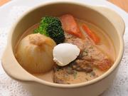 牛肉をパプリカやトマト、オニオン等とミルクで煮込んだ料理です。スープの旨みとサワクリームが相性抜群!