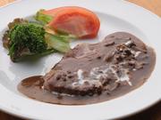 豚ロースに、キノコのブラウンソースをかけています。15種類のスパイスが肉の旨みを引き立てて絶品です。