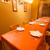 最大18名様OKの長大テーブル。