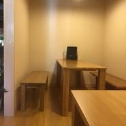 木の温もりが感じられる、テーブル席。 10人用テーブル、4人用テーブル×2、カウンター4人掛けあり