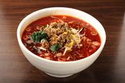 ・親鶏、豚骨、牛骨で5時間以上仕上げた濃厚スープ。 ・胡麻をベースで、マーラー風味。 ・手間かけた、自家製挽肉。