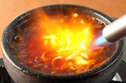石焼麻婆豆腐にチーズ、お客様の目の前に溶かせる!