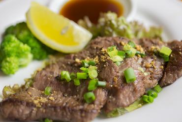 厚切り肉で食べ応えバツグン! 男女ともに支持率No.1の人気メニュー『牛ローススタミナステーキ』