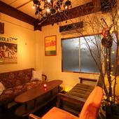個室のような雰囲気でくつろげるソファー席