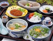 お昼の定食 人気№1 ミニしらす丼(期間限定)やミニ淡路島ぬーどる、たこコロッケなどが付いています。