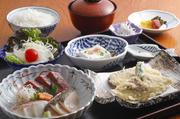 本日のお造り三種盛りに 魚介二種、野菜三種の天婦羅が付きます。