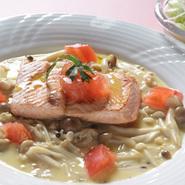 海の秋の味覚「鮭」ソースはパスタで有名なカルボナーラ