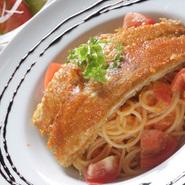 かにとトマトのソーススパゲティー パンサラダ付