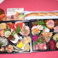大好評!OSECHI2010! 日本の食文化であります本来の<おせち>も然ることながら、<洋風おせち>と銘打ちまして国内外の吟味した食材をシェフの確かな技で25種からの手作り料理で豪華2段重ね一尺重箱仕上げでお真心こめてお創りいたします。  お申し込み〆切 12月25日(金) お渡し日 12月31日(木)※ご希望により引渡し日の変更も可能です。 年末は30日まで営業 年始は2日より営業いたします。
