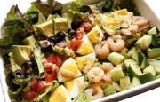 彩り豊かなHappyサラダ。太陽をたっぷりと浴びた栄養たっぷりなお野菜とDishをご一緒に。